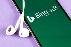 堆在苹果计算机iPhone x屏幕特写镜头的应用象 堆广告应用程序象 堆广告网上广告应用 ??med 免版税图库摄影