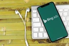 堆在苹果计算机iPhone x屏幕特写镜头的应用象 堆广告app象 堆广告是网上广告应用 社会med 免版税库存照片