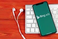 堆在苹果计算机iPhone x屏幕特写镜头的应用象 堆广告app象 堆广告是网上广告应用 社会med 图库摄影