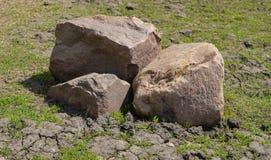 堆在草的石头 库存图片
