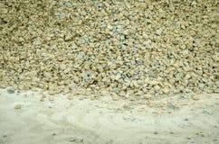 堆在街道上的石渣石头在城市道路重建站点 免版税图库摄影