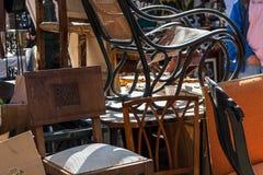 堆在街道的椅子 免版税库存图片