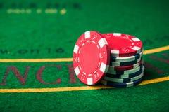 堆在赌博娱乐场的纸牌筹码 图库摄影