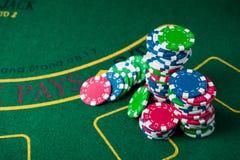 堆在赌博娱乐场的纸牌筹码 库存照片
