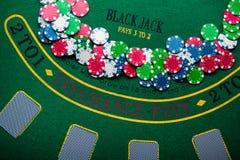 堆在赌博娱乐场的纸牌筹码 库存图片