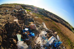 堆在转储垃圾填埋污染的垃圾和塑料废物 库存图片