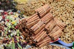 堆在香料市场上的肉桂条在伊斯坦布尔, 免版税库存图片