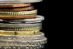 堆在黑背景的马来西亚硬币 免版税库存照片