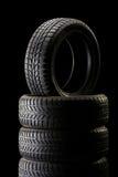堆在黑暗四周的轮胎在黑背景 免版税库存图片