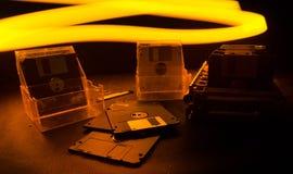 堆在黑暗的背景的黑软盘与光 葡萄酒计算机属性 免版税库存照片