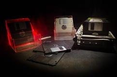 堆在黑暗的背景的黑软盘与光 葡萄酒计算机属性 图库摄影