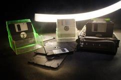 堆在黑暗的背景的黑软盘与光 葡萄酒计算机属性 库存照片