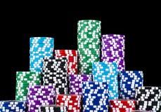 堆在黑背景隔绝的纸牌筹码 啤牌表 扑克牌游戏概念 打与模子的一场比赛 赌博娱乐场概念 免版税库存图片