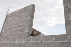 堆在建造场所的水泥块 库存照片