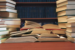 堆在bookshelve桌背景的许多旧书  免版税库存照片