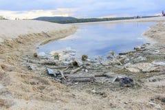 堆在Samila海滩,宋卡府,泰国的垃圾 免版税库存照片