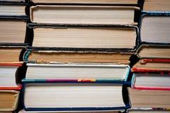 堆垂直被折叠的不同的书新和老 库存照片