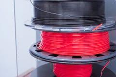 堆塑料和导电线3D打印的 打印的被装载的零件塑料在3D打印机 免版税库存照片