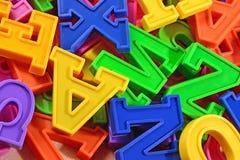堆塑料色的字母表信件接近  免版税库存照片
