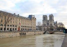 堆塞纳河,巴黎法国 免版税图库摄影