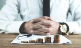 堆增长的硬币 投资和挽救金钱 免版税库存照片