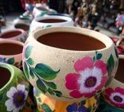 堆墨西哥陶瓷装饰罐在车间- 11 图库摄影
