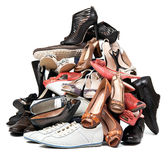 堆多种女性和在白色的男性鞋子 免版税图库摄影