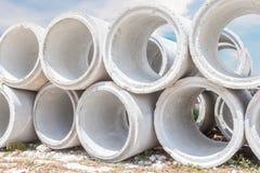 堆大具体排水设备用管道输送有建造场所背景 库存照片