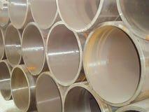 堆大直径钢管在一个工业仓库里 楼房建筑和工程学网络制造  免版税库存照片