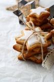 堆姜饼与结冰的星曲奇饼 图库摄影