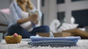 堆婴孩穿衣与defocused孕妇 影视素材