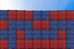 堆容器在港口,从货物货物船的容器箱子进出口的,后勤指导方针 库存照片