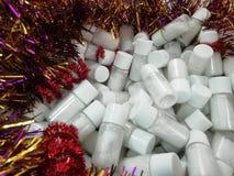 堆小瓶白色粉末 有白色盐的瓶 免版税库存图片