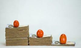 堆尼日利亚奈拉笔记和蕃茄-在食物商品的增量 免版税图库摄影