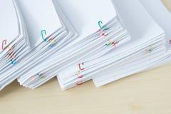 堆工作量纸和报告与五颜六色的纸夹 免版税库存照片