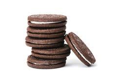 堆巧克力在白色隔绝的奶油曲奇饼 库存图片