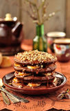 巧克力薄煎饼用香蕉和焦糖调味汁 免版税库存照片