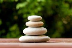 堆平衡的小卵石向室外扔石头 库存照片