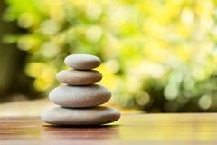 堆平衡的小卵石向室外扔石头 库存图片