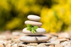 堆平衡的小卵石向室外扔石头 免版税库存照片