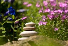 堆平衡的小卵石向室外扔石头 免版税图库摄影