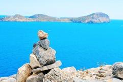 堆平衡的石头在伊维萨岛海岛,西班牙 库存图片