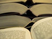 堆开放书和两页开放书在前面 免版税图库摄影
