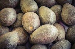 堆成熟有机鲕梨在地方市场上在美国 免版税库存图片