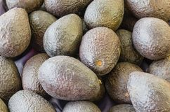 堆成熟有机鲕梨在地方市场上在美国 库存照片