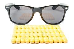 堆或药片和太阳镜 免版税库存图片