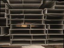 堆房子的建筑的钢渠道到一个室外站点 屋顶的钢粱 外形管子 免版税库存图片