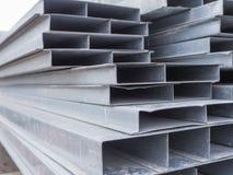 堆房子的建筑的钢渠道到一个室外站点 屋顶的钢粱 外形管子 免版税库存照片