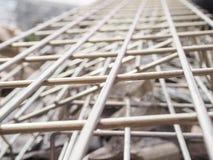 堆房子的建筑的钢渠道到一个室外站点 屋顶的钢粱 外形管子 库存图片