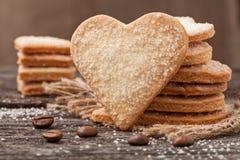 堆手工制造心形的曲奇饼礼物为情人节h 免版税库存照片